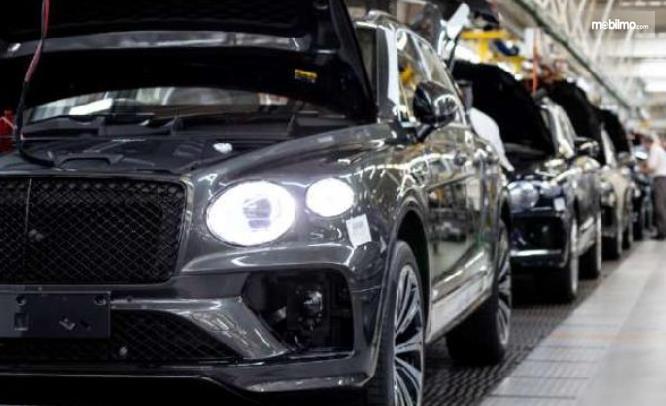 Gambar ini menunjukkan pembuatan mobil Bentley