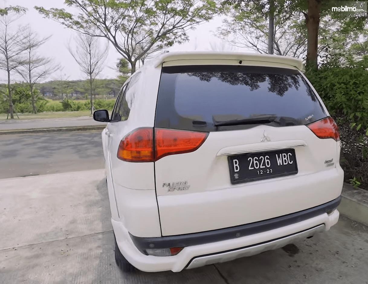 Gambar ini menunjukkan bagian belakang Mitsubishi Pajero Sport Exceed Limited 2013