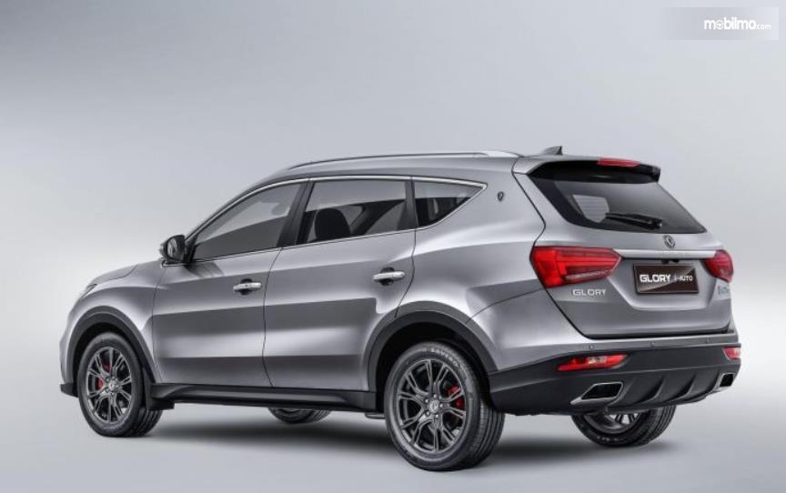 Gambar ini menunjukkan mobil DFSK Glory i-Auto tampak belakang dan samping kanan