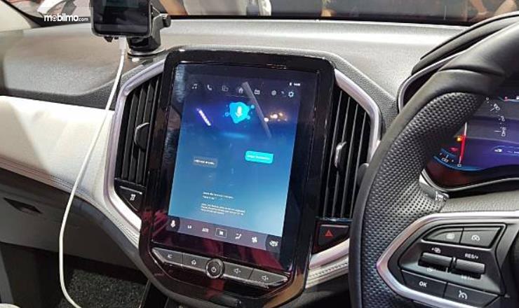 Gambar ini  menunjukkan head unit pada mobil DFSK Glory i-Auto