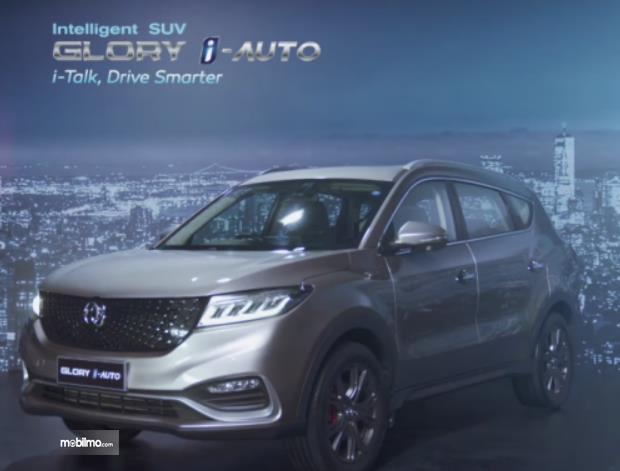 Gambar ini menunjukkan mobil DFSK Glory i-Auto tampak bagian depan