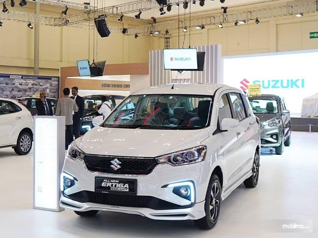 Foto menunjukkan sejumlah mobil Suzuki dipajang di showroom