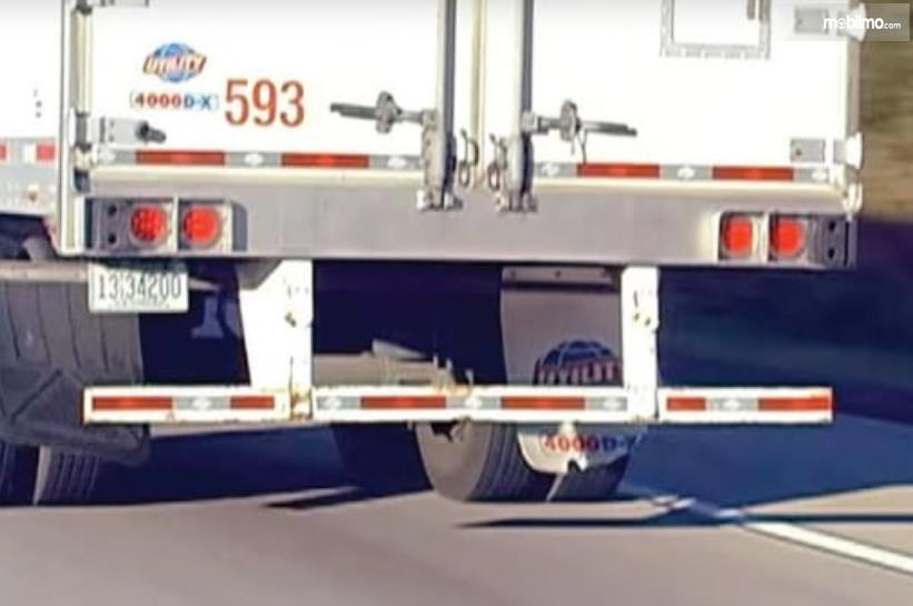 Gambar ini menunjukkan perisai kolong pada mobil truk
