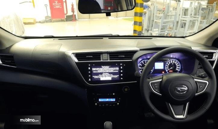 Gambar ini menunjukkan dashboard dan kemudi mobil Daihatsu Sirion 2020