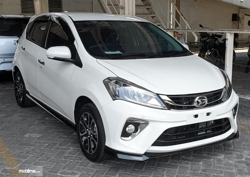 Gambar ini menunjukkan bagian depan mobil Daihatsu Sirion 2020