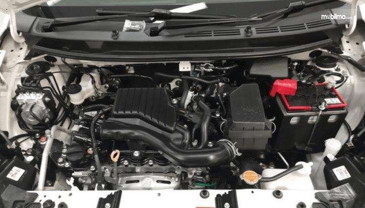 Gambar ini menunjukkan mesin mobil Daihatsu Sirion 2020