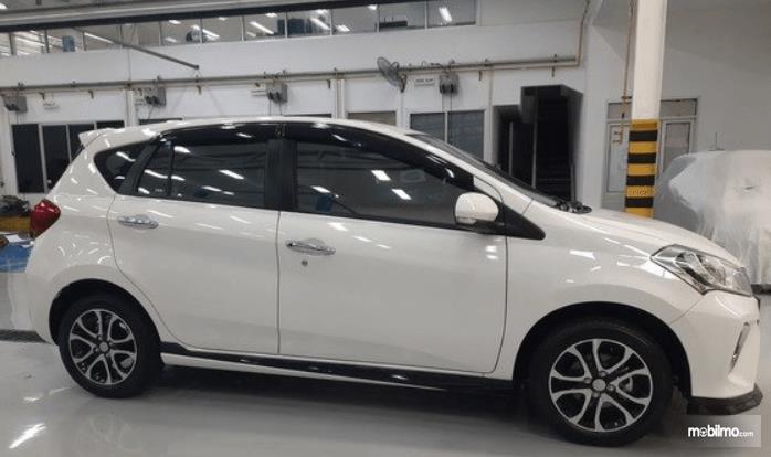 Gambar ini menunjukkan bagian samping mobil Daihatsu Sirion 2020