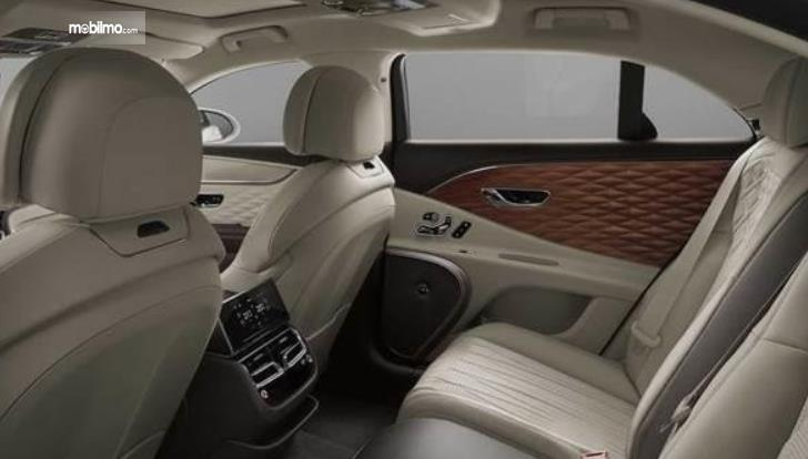 Gambar ini menunjukkan Interior Bentley yang terlihat jok mobil dan panel kayu pintu