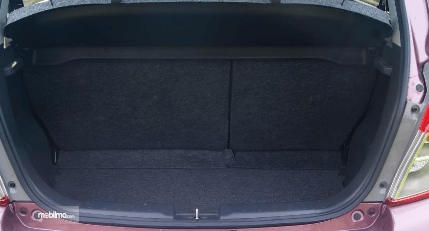 Gambar ini menunjukkan bagasi mobil Suzuki Celerio 1.0 MT 2015
