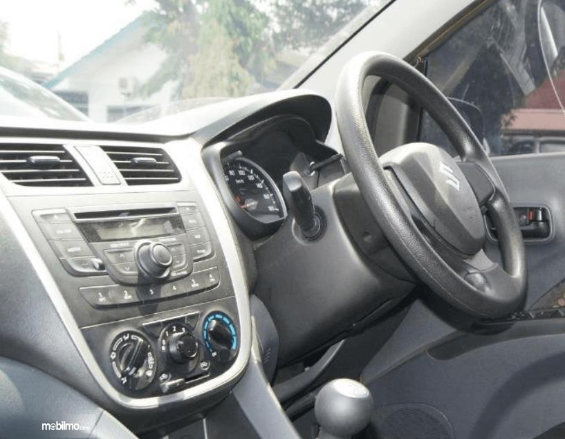 Gambar ini menunjukkan bagian dashboard dan kemudi mobil Suzuki Celerio 1.0 MT 2015