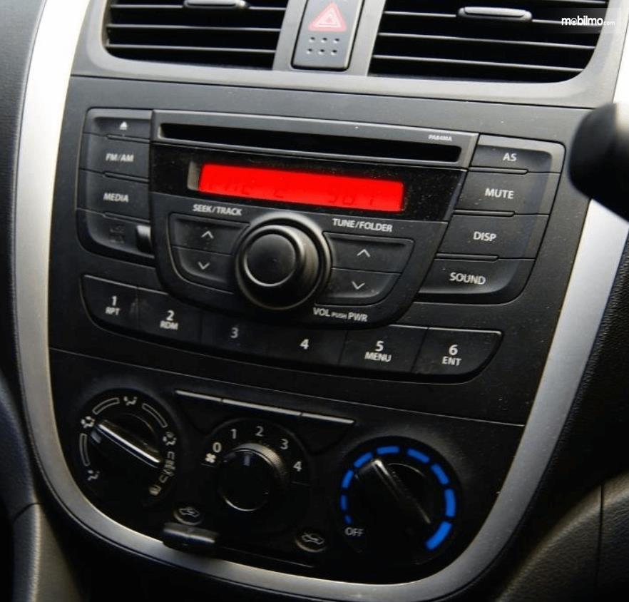 Gambar ini menunjukkan head unit mobil Suzuki Celerio 1.0 MT 2015