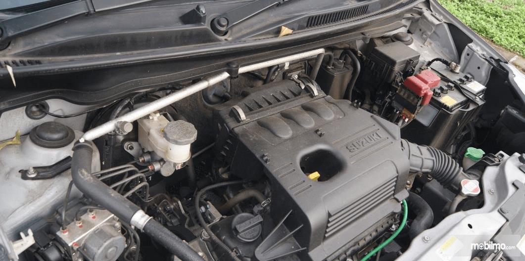 Gambar ini menunjukkan mesin mobil Suzuki Celerio 1.0 MT 2015