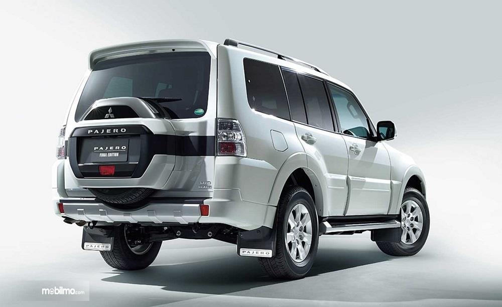 Foto Mitsubishi Pajero Final Edition tampak samping belakang