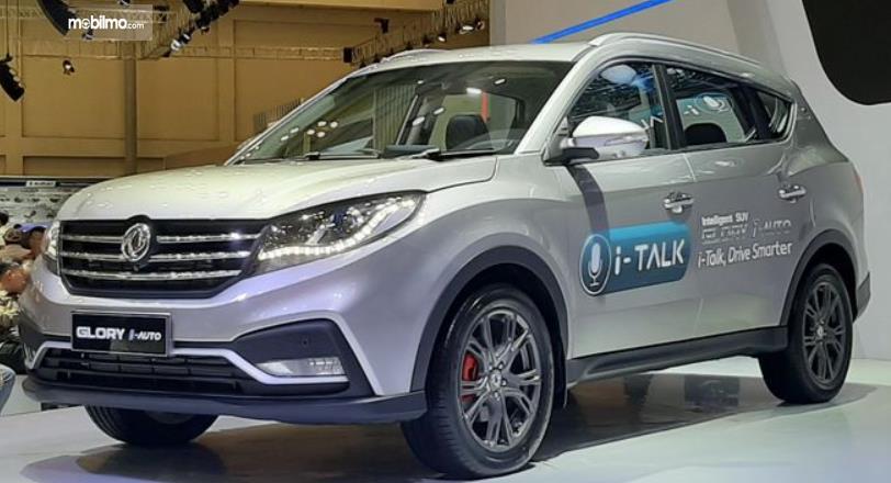 Gambar ini menunjukkan DFSK Glory i-Auto tampak depan dan samping kiri