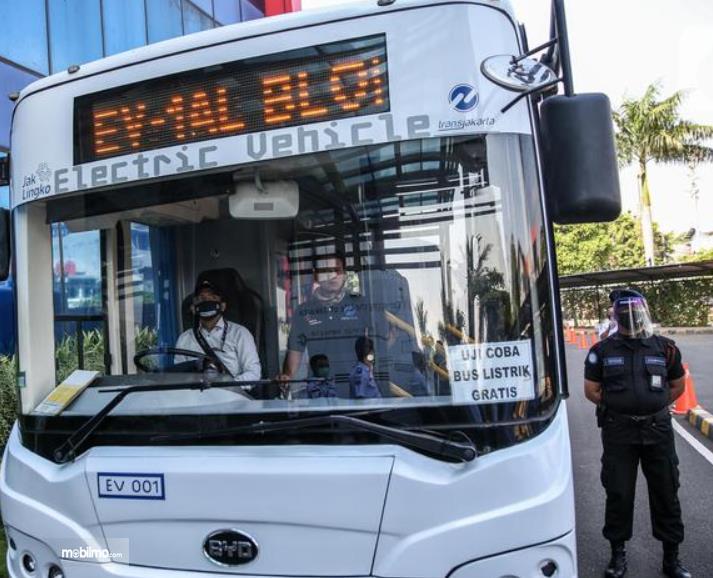 Gambar ini menunjukkan bus listrik TransJakarta tampak bagian depan