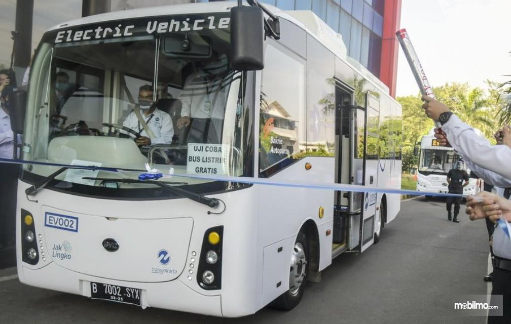 Gambar ini menunjukkan peresmian pengujian kendaraan listrik bus TransJakarta