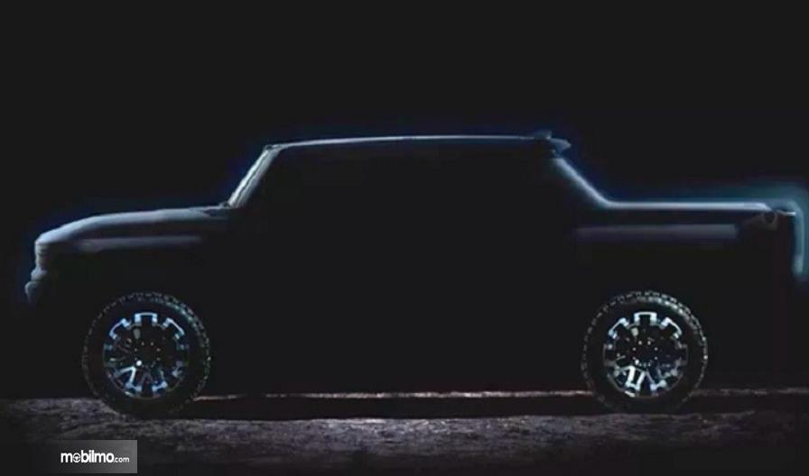 Gambar ini menunjukkan bagian samping mobil Hummer listrik tampak bagian samping