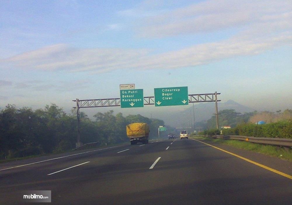 Foto menunjukkan jalan Tol Jagorawi dalam kondisi lengang