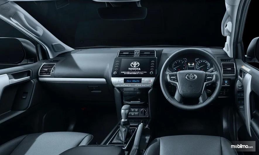 Gambar ini menunjukkan interior mobil Toyota Land Cruiser Prado