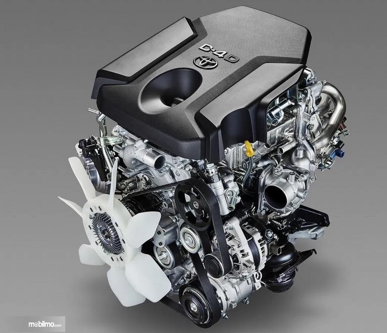 Gambar ini menunjukkan mesin mobil Toyota Land Cruiser Prado