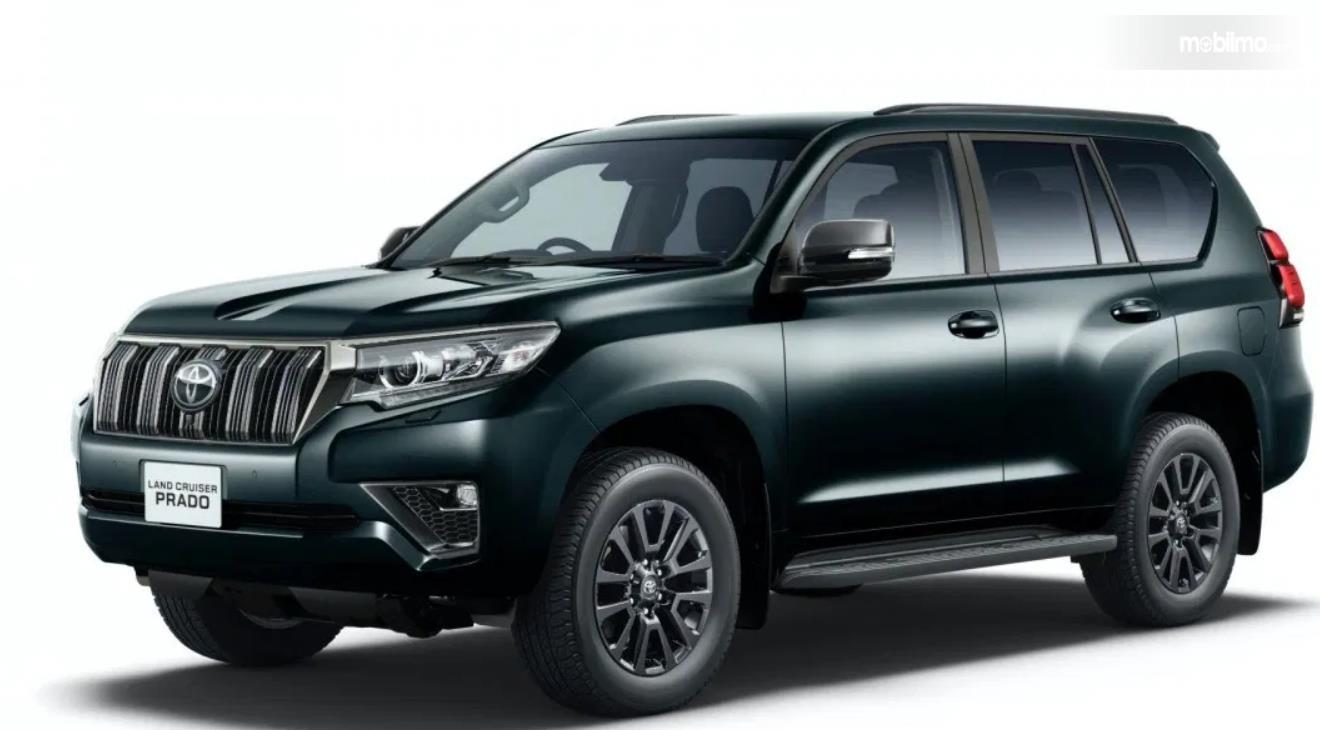 Gambar ini menunjukkan mobil Toyota Land Cruiser Prado tampak samping