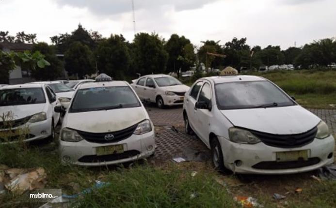 Gambar ini menunjukkan mobil bekas Taksi masih belum di restorasi