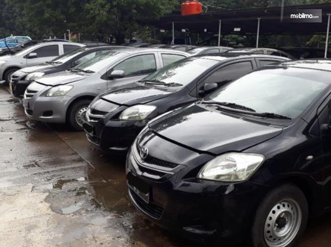 Gambar ini menunjukkan mobil bekas eks Taxi dengan berbagai model