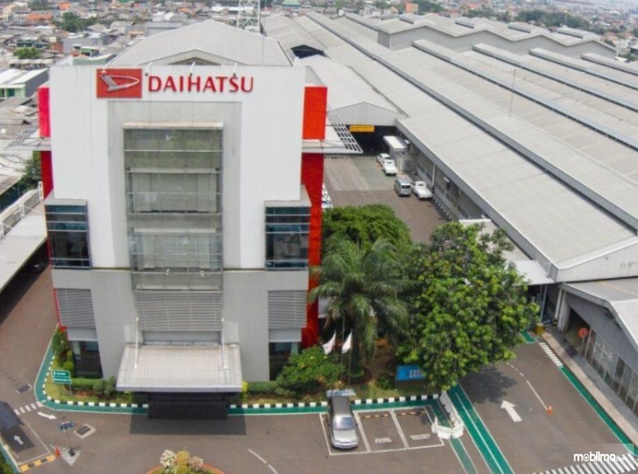 Gambar ini menunjukkan pabrikan mobil Daihatsu