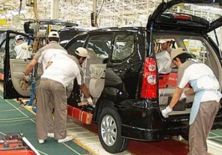 Gambar ini menunjukkan perakitan bodi mobil Daihatsu