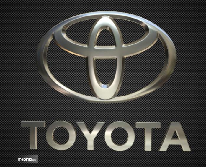 Gambar ini menunjukkan logo mobil Toyota dengan warna chrome