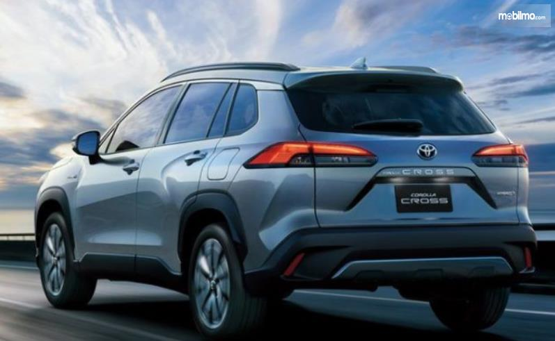 Gambar ini menunjukkan mobil Toyota Corolla Cross tampak belakang