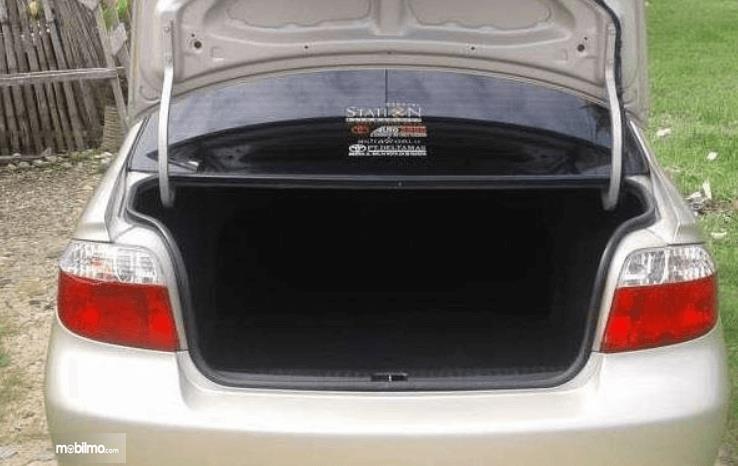 Gambar ini menunjukkan bagasi mobil Toyota Vios 1.5 2003