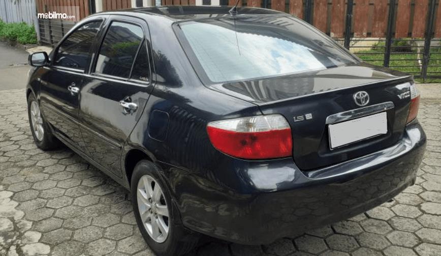 Gambar ini menunjukkan bagian belakang Toyota Vios 1.5 2003