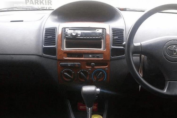 Gambar ini menunjukkan dashboard dan kemudi mobil Toyota Vios 1.5 2003