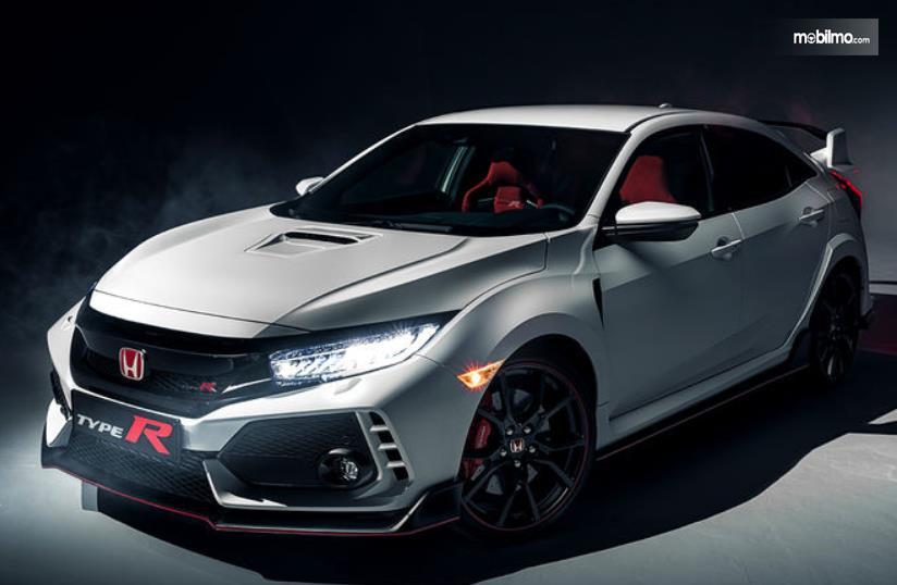 Gambar ini menunjukkan mobil Honda Civic Type R tampak depan