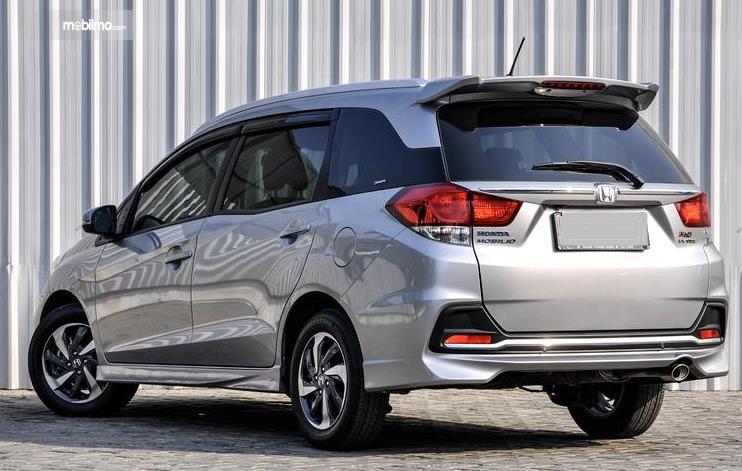 Gambar ini menunjukkan mobil Honda Mobilio tampak belakang