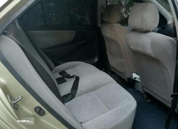 Gambar ini menunjukkan jok mobil Toyota Vios 1.5 2003
