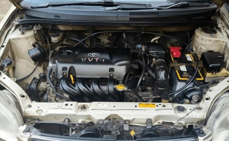 Gambar ini menunjukkan mesin mobil Toyota Vios 1.5 2003