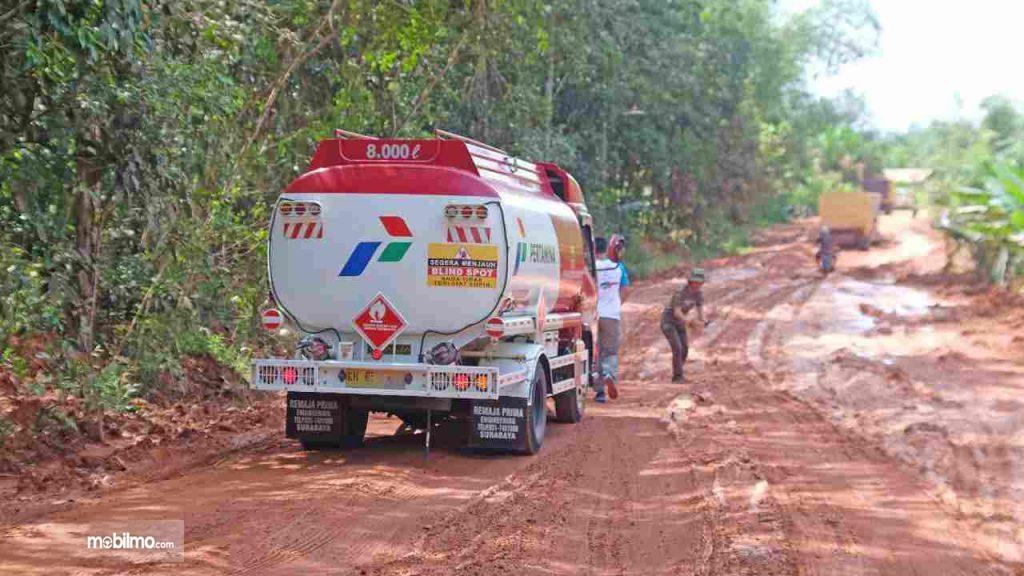 Foto menunjukkan salah satu proses pengiriman BBM Pertamina