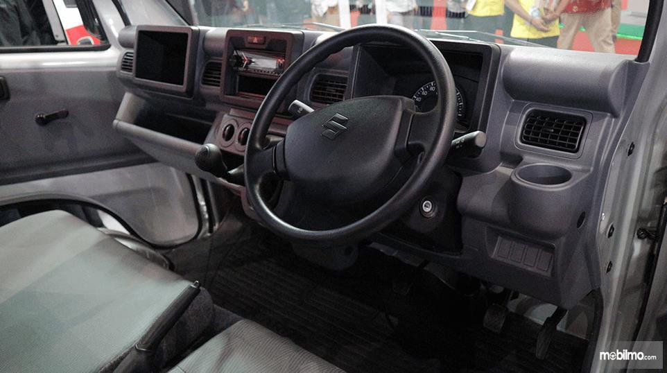 Gambar ini menunjukkan dashboard dan kemudi mobil Suzuki New Carry Luxury 2020