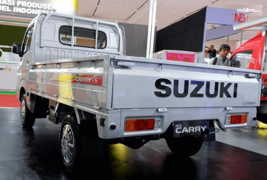 Gambar ini menunjukkan bagian belakang Suzuki New Carry Luxury 2020