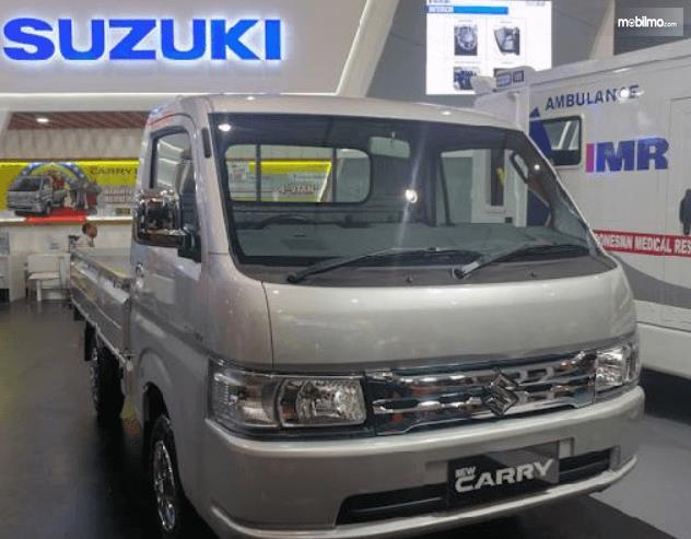 Gambar ini menunjukkan mobil Suzuki New Carry Luxury 2020 tampak depan