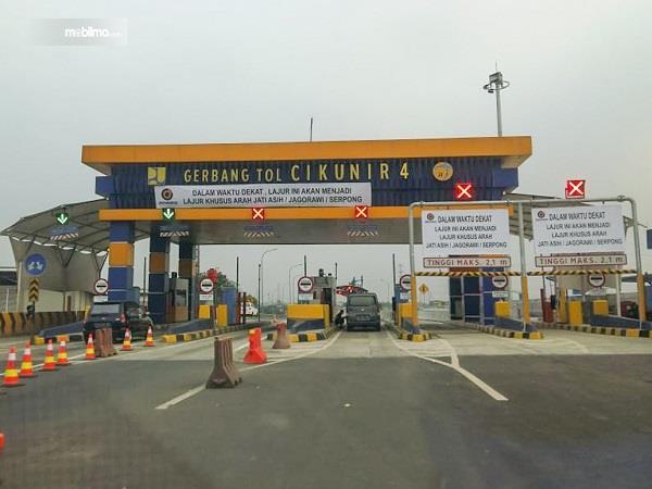 Foto menunjukkan Gerbang Tol Cikunir 4