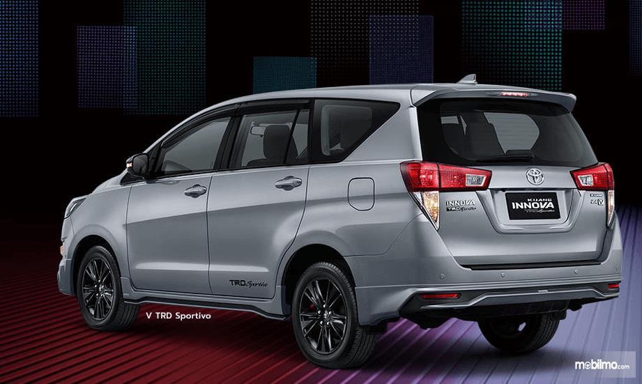 Gambar ini menunjukkan bagian belakang dan samping Toyota Kijang Innova TRD Sportivo Limited