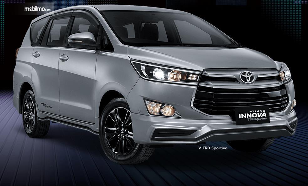 Gambar ini menunjukkan bagian depan mobil Toyota Kijang Innova TRD Sportivo Limited