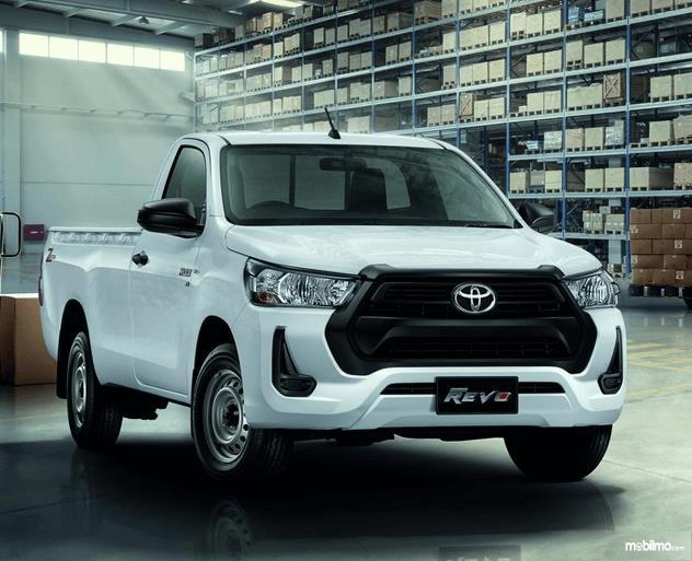 Gambar ini menunjukkan bagian depan mobil Toyota Hilux Versi Thailand