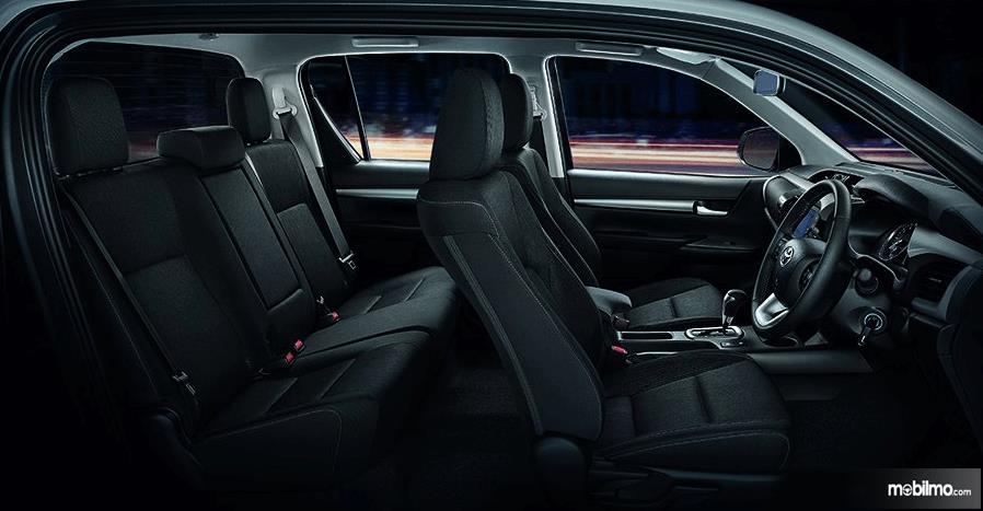 Gambar ini menunjukkan interior Toyota Hilux Versi Thailand