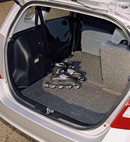 Gambar ini menunjukkan bagasi mobil Honda Jazz i-DSI 2004