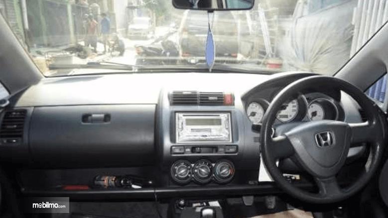 Gambar ini menunjukkan dashboard mobil Honda Jazz i-DSI 2004