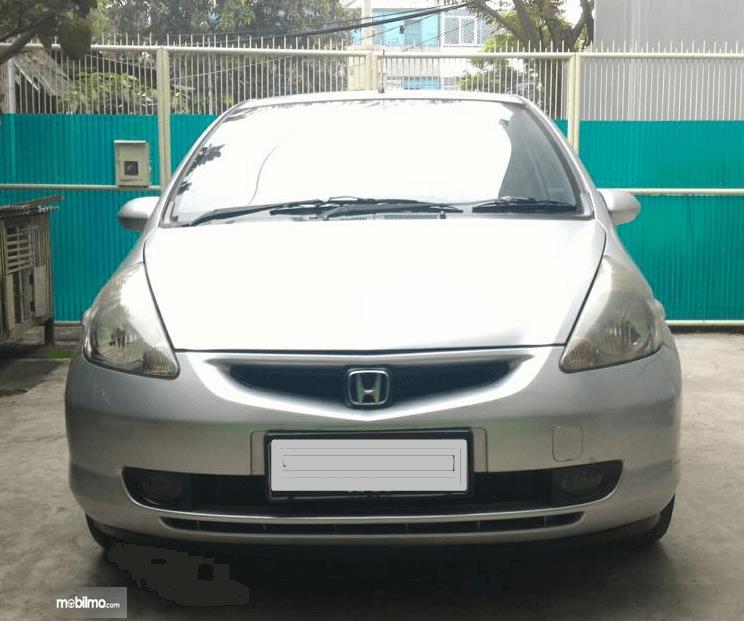 Gambar ini menunjukkan bagian depan Honda Jazz i-DSI 2004